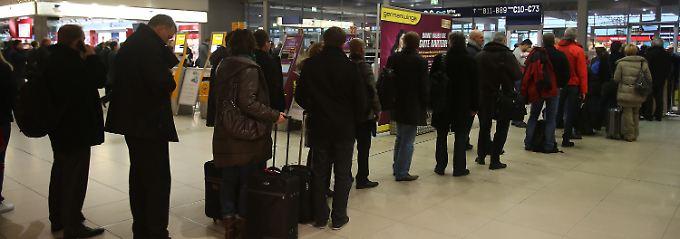 Lange Schlangen vor dem Sicherheitscheck: Am Flughafen Köln herrscht wenig vorweihnachtliche Stimmung.
