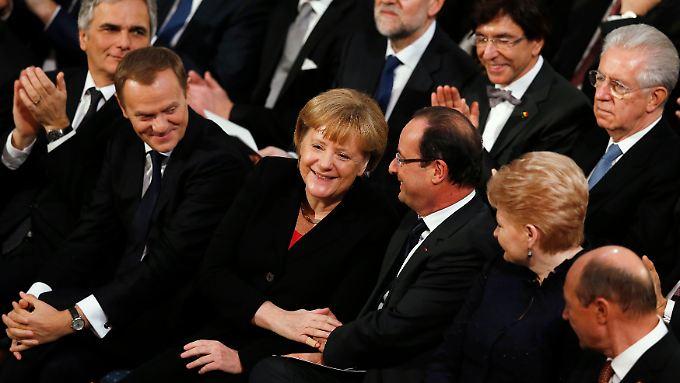 Kanzlerin Merkel, Frankreichs Präsident Hollande und die anderen EU-Chefs sitzen in Oslo im Publikum. Italiens Premier Monti (r.) schaut etwas unwirsch.