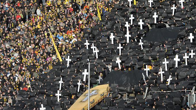 Dresdner Fans protestieren gegen die Auflagen des DFB.