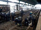 Polizisten hatten nach der gezielten Sprengung der Rohrbombe den gesamten Bahnhof abgesucht.