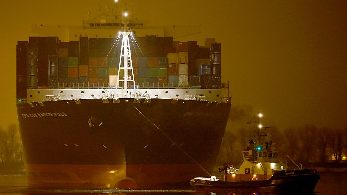 Video: Container-Gigant legt in Hamburg an