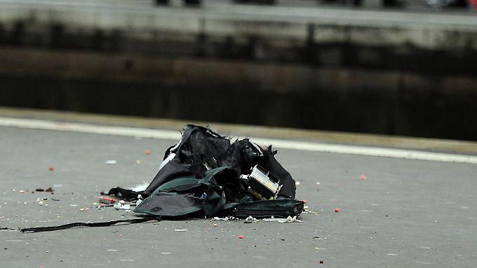 Mit einem Wassergewehr zerstörte die Polizei die verdächtige Tasche.