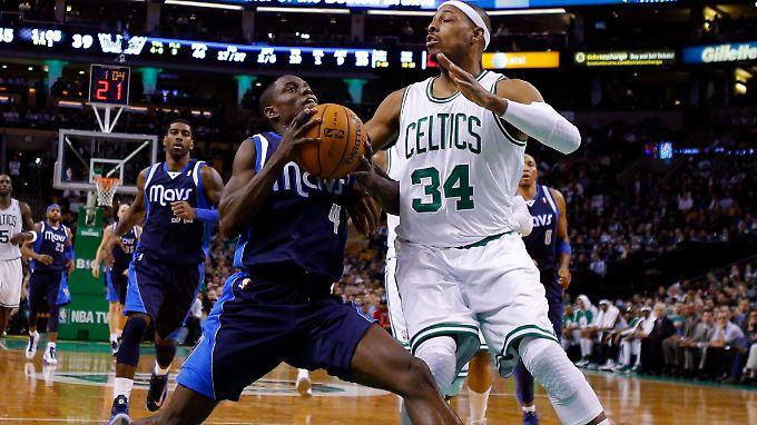 Darren Collison (l.) von den Mavericks und Paul Pierce von den Celtics.