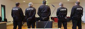 Sicherheitsbeamte sichern den Prozess im Landgericht Magdeburg ab.