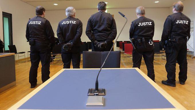 Sicherheitsbeamte bewachen das Landgericht Magdeburg, wo der Prozess stattfand.