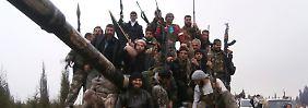 Kämpfer der Opposition auf einem erbeuteten Panzer.