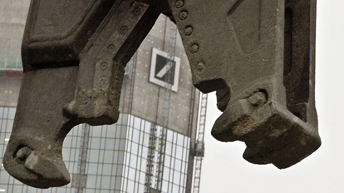 Wer hätte vor ein paar Jahren gedacht, dass Deutschlands größtes Finanzinstitut mal so in die Zange genommen werden würde.