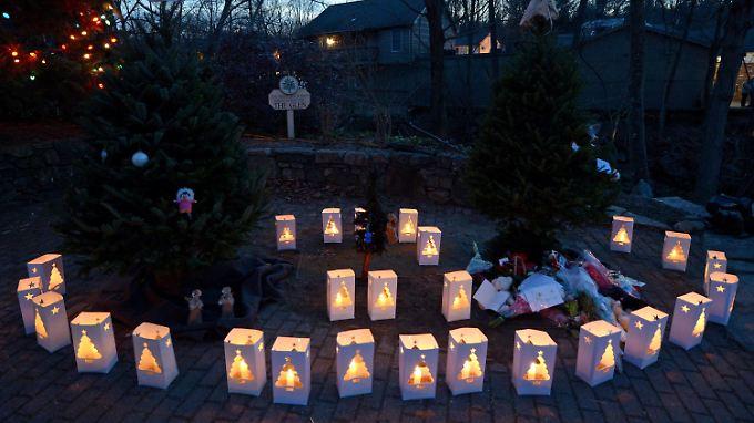 Opferlichter für die 20 Schüler und sechs Lehrerinnen.