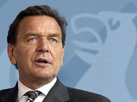 """""""Fördern und Fordern"""" - mit diesem Slogan bewarb der frühere Bundeskanzler Gerhard Schröder die Arbeitsmarktreformen seiner SPD."""