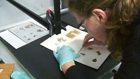 Eine Mitarbeiterin der israelischen Altertumsbehörde bei der Aufbereitung von antiken Manuskripten für die Online-Präsentation.