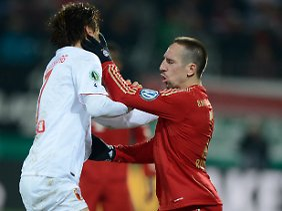 Franck Ribery im Infight mit Augsburg Koo. Der Koreaner griff Ribery ebenfalls ins Gesicht, sah aber nur Gelb.
