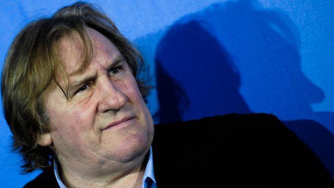 Im Streit um seinen Umzug nach Belgien will der französische Schauspieler Gérard Depardieu nun seinen Pass abgeben.