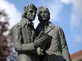 Dieses Denkmal der Brüder Grimm steht in Kassel. Hier befindet sich auch ein Brüder-Grimm-Museum.