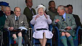Sackhüpfen amüsiert Prinz Philip, die Queen und Sohnemann Charles.