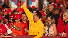 Mit zunehmender Amtsdauer befällt ihn die Hybris der Macht. Seine noch um ein weiteres zentralistischere Verfassungsreform lassen ihm die Venezolaner 2007 nicht durchgehen. Das hindert ihn jedoch nicht daran auf einer dritte Amtszeit zu bestehen, die ihm sein Volk schließlich gewährt.