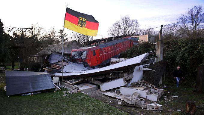 Rettung in letzter Sekunde: Zwei Züge reißen Bus auseinander