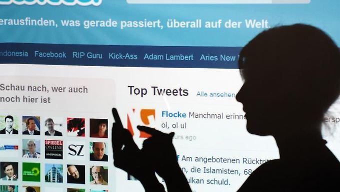 Twitter will schrittweise die Funktion einrichten, die eigenen verfassten Kurzmitteilungen runterzuladen und sich ein Archiv anzulegen. Foto: Armin Weigel/Archiv