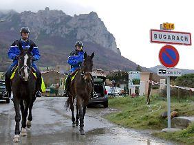 Die französische Polizei patrouillierte zu Fuß, per Motorrad und mit Pferden.