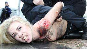 Mehrere Mitglieder der Gruppe Femen protestierten in Brüssel gegen Putin - und wurden festgenommen.
