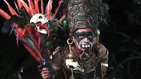Einer von vielen Schauspielern vor der Ruine von Tikal in Guatemala.