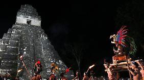 """Große Show am Vorabend der """"Apokalypse"""" an der Ruine von Tikal."""