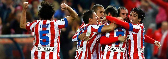 Tor des Abends: Atléticos Adrian Lopez, das ist der mit der Nummer 7, lässt sich von seinen Kollegen feiern.