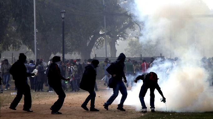 Aufgebrachte Demonstranten liefern sich Straßenschlachten mit der Polizei.