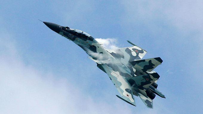 """Ein Kampfflugzeug vom Typ """"Su-30"""" des russischen Herstellers Suchoi."""