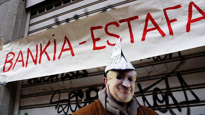 """""""Bankia - Betrug"""", heißt es auf einem Protestbanner gegen Ex-Bankchef Rodrigo Rato."""
