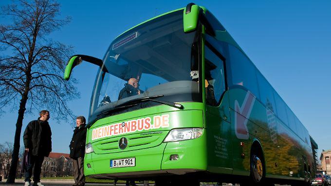 """Ein Fernbus der Fernbuslinie """"MeinFernbus.de"""". Das Berliner Bus-Unternehmen will den Markt im Fernverkehr erweitern und mit günstigen Preisen eine Alternative zur Konkurrenz wie zum Beispiel der Deutschen Bahn bieten."""