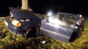 Das Auto prallte seitlich gegen einen Baum und zerbrach in zwei Teile.