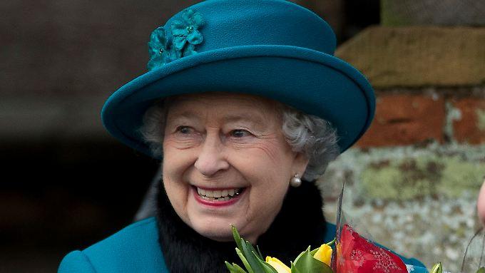 Irgendjemand hat immer einen Strauß Blumen für die Monarchin dabei.