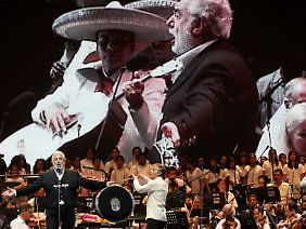 Jung und Alt: Placido Domingo bei seinem Wohltätigkeitskonzert in Acapulco.