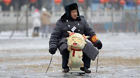 Peking: Dieser Sicherheitsbeamte hat sich ein besonderes Fortbewegungsmittel gebastelt.