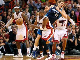 Superstars unter sich: Dirk Nowitzki im Duell mit LeBron James (l.) und Dwyane Wade.