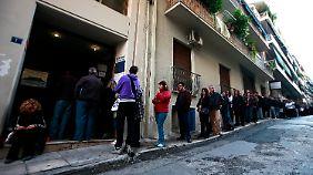 Arbeitslose warten auf die Auszahlung ihrer Arbeitslosenunterstützung in Athen.