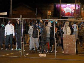 Jugendliche errichten in Belfast eine Barrikade.