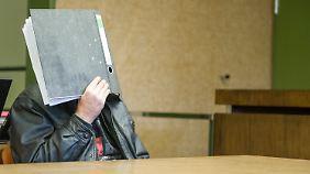 Vor Gericht verbarg der Angeklagte sein Gesicht.
