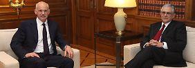 Papandreou (l.) und Papademos müssen sich unangenehme Fragen gefallen lassen.
