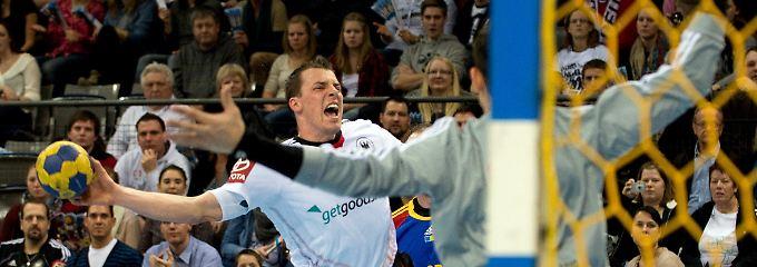 Deutschlands Dominik Klein wirft den Ball.
