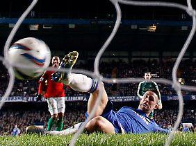 Danny Graham gibt sich redlich Mühe, kann den Treffer aber nicht verhindern.