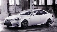 Toyota-Tochter Lexus zeigt erstmals sein Mittelklassemodell IS. Die Limousine orientiert sich nun stärker am größeren Bruder GS und erhält neben konventionellen V6-Benzinern auch einen Hybridantrieb.