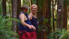 """Drag Queen Olivia Jones zeigt dem """"dicken Klaus"""" die Umgebung."""