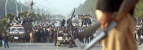 Rund 35.000 forderten seit den frühen Morgenstunden in Islamabad den Sturz der Regierung.