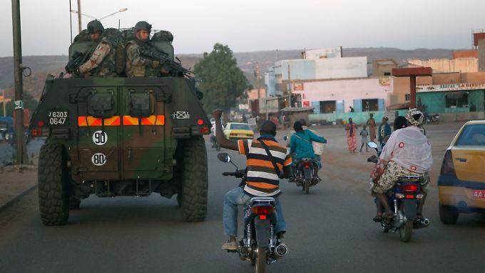 Ein leichter Panzer der französischen Truppen verlässt die Hauptstadt Bamako.