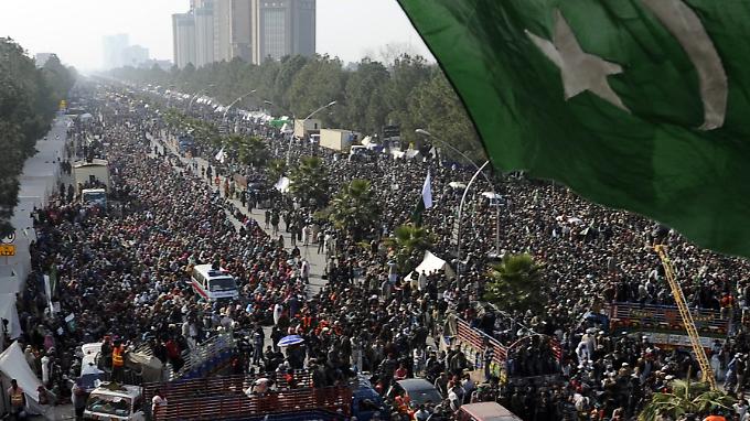 Islamabad wird von tausenden Demonstranten belagert, die von Tahir ul-Qadri angeführt werden.