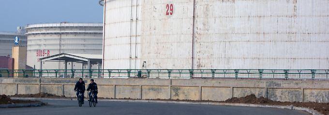 Lagertanks in Qingdao, Provinz Shandong: Hier kommt ein Großteil der chinesischen Rohölimporte an.