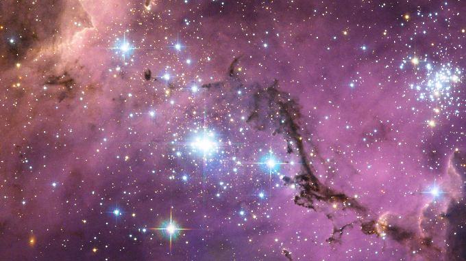"""""""Hubble""""-Aufnahme: Rot und lila leuchtet der Gas- und Staubnebel LHA 120-N 11, in dem viele neue Sonnen geboren werden."""