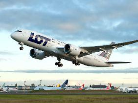 Teuer eingekauft: Die polnische Airline LOT muss ihre nagelneue 787 am Boden halten.