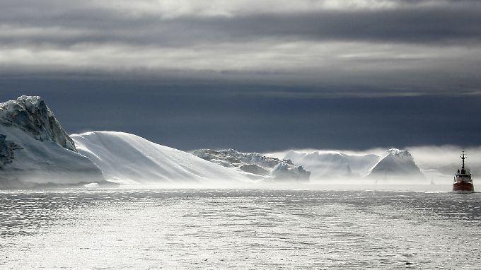 Ein Schiff schwimmt im Eisfjord hinter dem grönländischen Städtchen Ilulissat: Die Polarinsel setzt auf ihre Bodenschätze.